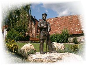 """Bronzeskulptur """"Steinbrecher"""" in Gundersheim"""